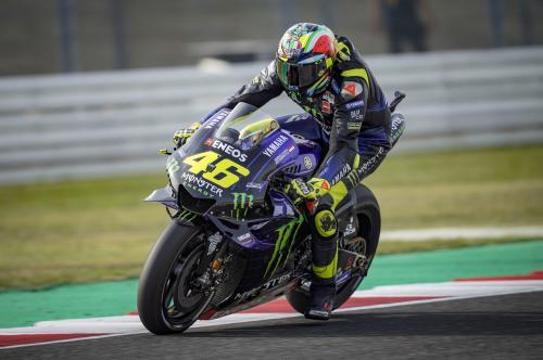 Valentino Rossi melaju di lintasan balap