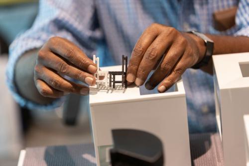 Tapi khusus untuk para tunanetra, karya seni tersebut disulap menjadi kecil dengan printer 3D,