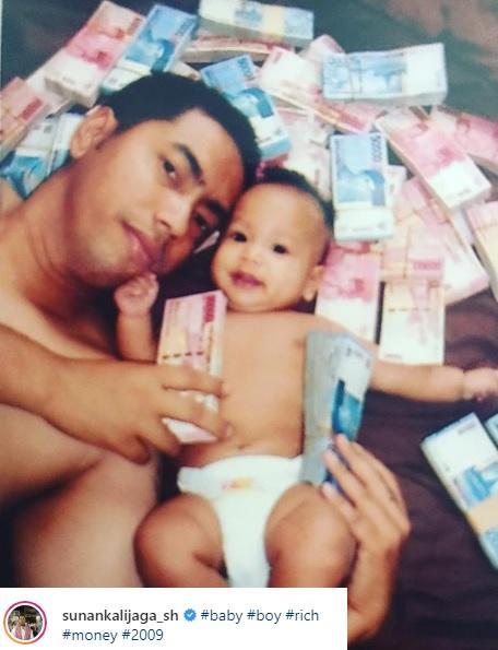 Sunan Kalijaga pamer foto mandi uang. Netizen berikan sindiran keras. (Foto: Instagram/@sunankalijaga_sh)