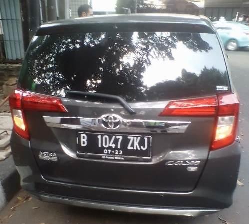 Mobil yang ditabrak saat pengemudi melarikan diri ketika akan ditindak Bripka Eka hingga membuat polisi nemplok di kap mobil (Ist)