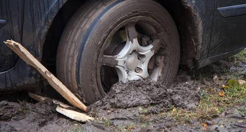 Ban terjebak di lumpur