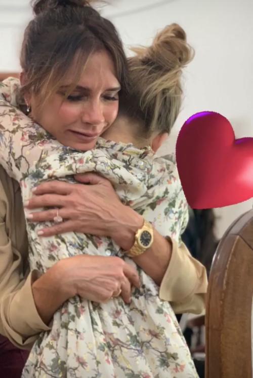 victoria peluk putrinya