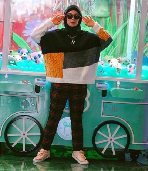 Sweater dan celana kotak-kotak
