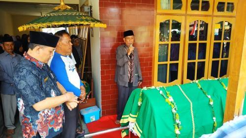 Salah satu korban meninggal dunia akibat miras oplosan di Kelurahan Mojolangu, Lowokwaru Kota Malang. (Okezone.com/Avirista Midaada)