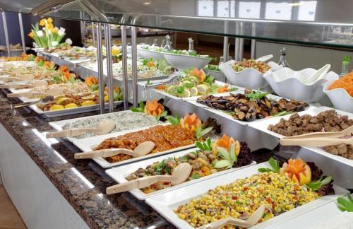 Makanan di meja