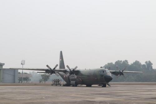 Pesawat Cassa 212 dikerahkan untuk angkut kapur tohor aktif. (BNPB)