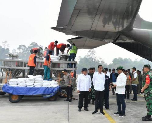 Jokowi di Pangkalan TNI AU Roesmin Nurjadin Pekanbaru memantau pemadaman karhutla Riau. (Foto: Laily Rachev/Biro Pers Setpres)
