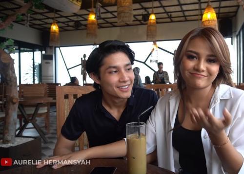 Teuku Rassya dan Aurel Hermansyah bertemu kembali setelah 2 tahun. (Foto: YouTube/Aurelie Hermansyah)