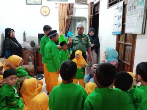 Serka Iswandi bersama anak yatim-piatu Yayasan Fajar Qolbi. (Foto: Ist)