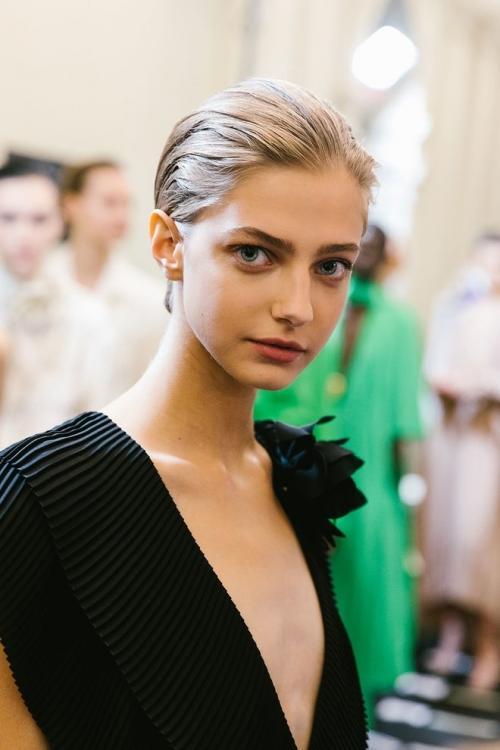 Di banyak panggung runway, gaya rambut belah samping atau biasa disebut sideswept.