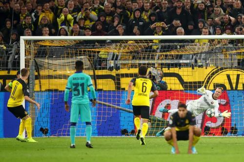 Ter Stegen menggagalkan eksekusi penalti Marco Reus (Foto: UEFA)
