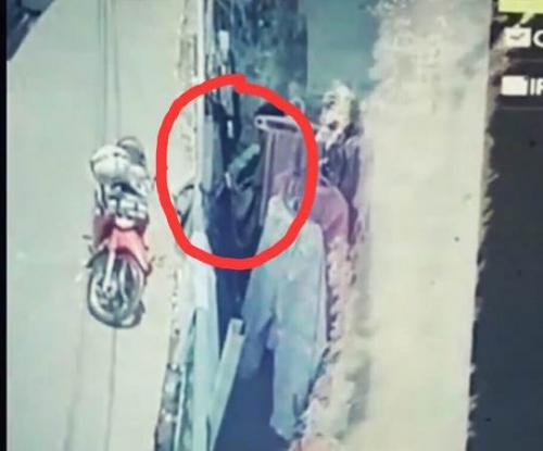 Driver ojek online terekam CCTV curi pakaian dalam. (Instagram/@palembangkulukilir)