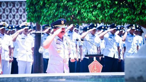 Panglima TNI Marsekal Hadi Tjahjanto memimpin upacara penghormatan terhadap mendiang Soekarno saat ziarah ke makamnya di Blitar, Jatim, Rabu (18/9/2019). (Foto : Dok Puspen TNI)