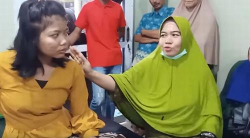 Pengobatan alternatif Bude Ningsih Tinampi. (Foto: Youtube Ningsih Tinampi)