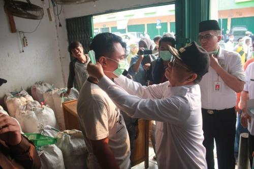 Gubernur Jambi Fachrori Umar bagikan masker gratis kepada masyarakat di Pasar Angsoduo, Kota Jambi, Rabu (18/9/2019). (Ist)