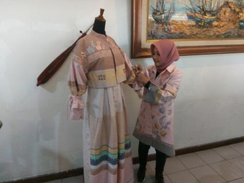 Desainer langganan keluarga orang nomor satu di Indonesia Joko Widodo ini membawa tema Blossom Minang