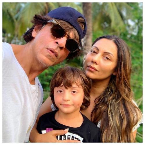 Shah Rukh Khan dan keluarganya.