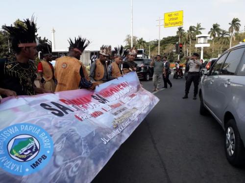 Aksi Daman Mahasiswa Asal Papua di Patung Kuda, Jakarta (foto: Okezone/Fardiansyah)