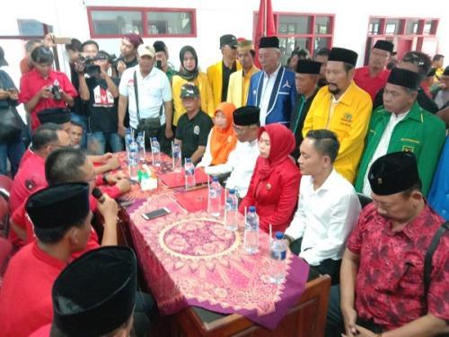Pasangan Estianah dan Joko Sutanto serahkan formulir pendaftaran untuk maju Pilkada Demak ke PDIP. (iNews/Taufik Budi)