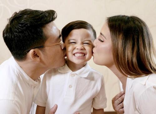 Tya Ariestya dan keluarga