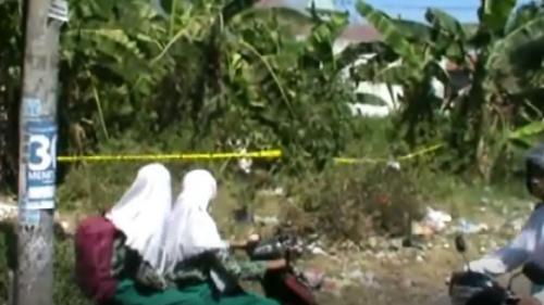 Pengendara melintas di lokasi penemuan mayat ibu dan bayinya di belakang perumahan Pepelegi Indah, Sidoarjo, Jatim. (Foto : iNews.id/Pramono Putra)
