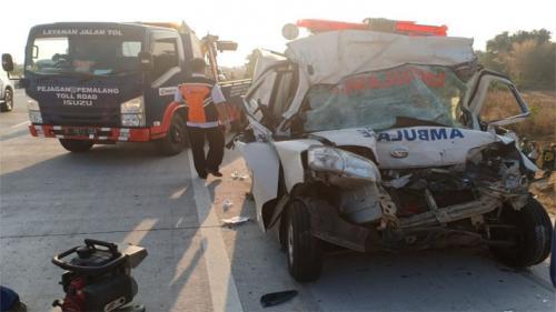 Mobil ambulans Daihatsu Granmax ringsek setelah menabrak truk Hino di Tol Pejagan-Pemalang, Desa Kendayakan Kecamatan Warureja Kabupaten Tegal.(Foto: iNews.id/Yunibar)