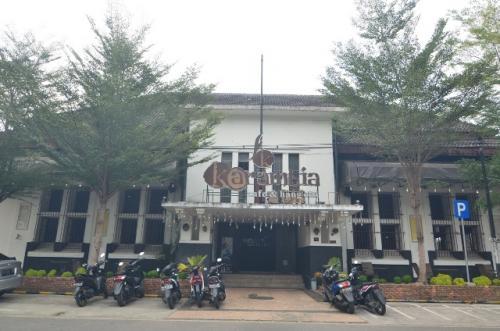 Kota tua Padang, Gedung Bouwk Bureau Sitsen en Lauzada, sekarang kafe. (Foto: Rus Akbar/Okezone)