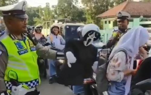 Viral Siswi Bonceng Motor Tanpa Helm Diciduk Polisi (foto: Facebook/Poros Garut)