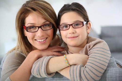 anak dan ibu kacamata
