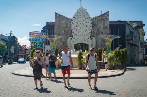 Turis di Bali kepanasan