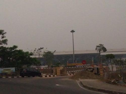 Kabut asap menyelimuti langit bandara di Jambi