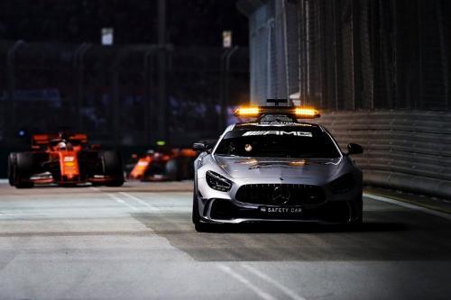 Safety Car harus tiga kali masuk lintasan (Foto: Twitter/F1 Night Race)