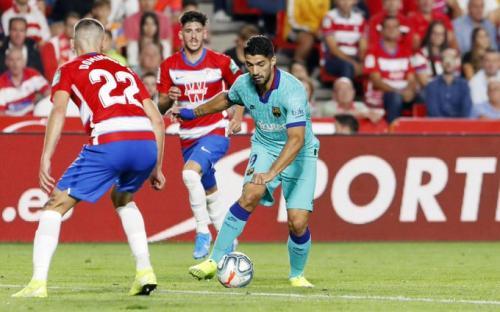 Aksi Suarez saat sedang membela Barcelona