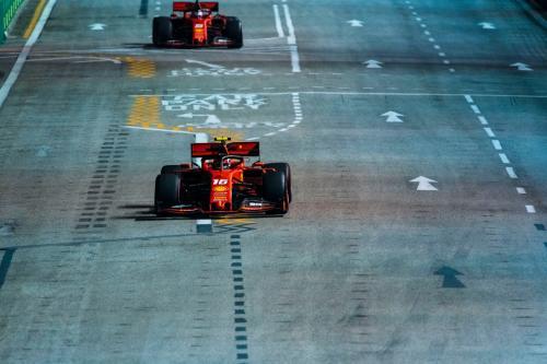 Charles Leclerc dan Sebastian Vettel melaju di Sirkuit Marina Bay (Foto: Scuderia Ferrari)