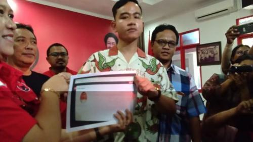 Putra Sulung Presiden Jokowi Gibran Rakabuming Raka Menerima KTA dalam Model Kertas Print karena Sistem Online PDIP Gangguan Usai Mendaftar sebagai Kader, Senin (23/9/2019).(foto: Okezone/Bramantyo)