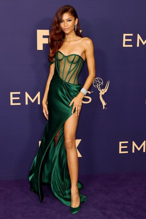 Emerald green dengan statement di bagian dada dan super high slit membuat tubunya terlihat super seksi.