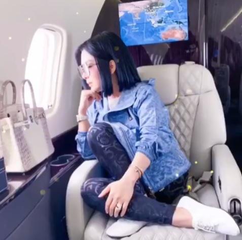 Syahrini naik jet