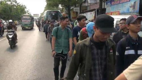Perjalanan ratusan mahasiswa Undip dan Unnes tertunda karena bus yang mengangkut mereka dihentikan di Kabupaten Brebes, Jawa Tengah, Selasa (24/9/2019). (Foto : iNews/Yunibar)