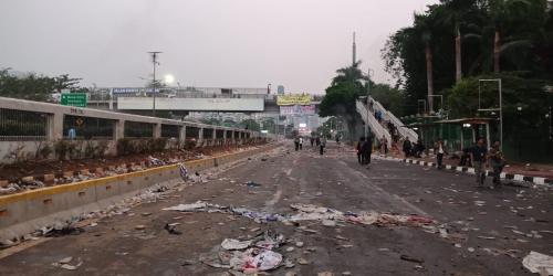 Ilustrasi sisa bentrokan di depan Gedung DPR