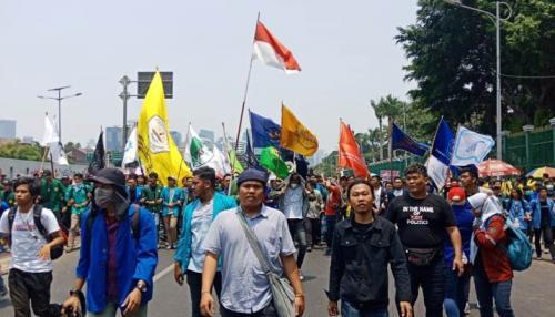 Mahasiswa demo tolak RKUHP dan revisi UU KPK di Jalan Gatot Subroto, Jakarta, Selasa (21/9/2019). (Foto : Okezone.com/Muhamad Rizky)