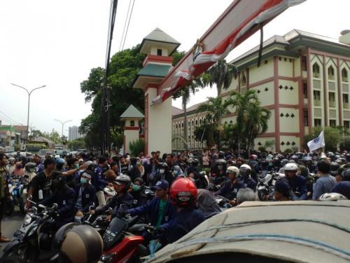Konvoi Mahasiswa UIN Jakarta ke Gedung DPR, Lalin Dari dan Menuju Ciputat Padat, Selasa (24/9/2019). (foto: Okezone/Hambali)