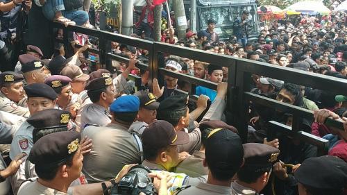 Demo mahasiswa di DPRD Kota Malang. (Foto : Okezone.com/Avirista Midaada)