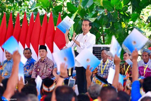 Jokowi Bagikan SK TORA
