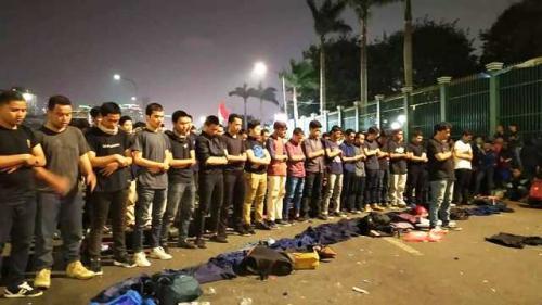 Mahasiswa salat berjamaah saat menggelar aksi di depan Gedung DPR