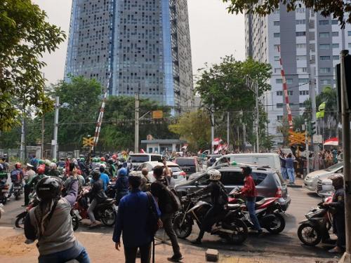 Pelajar bentrok dengan polisi saat demo tolak RKUHP di sekitar Gedung DPR/MPR. (Foto : Okezone.com/Puteranegara Batubara)