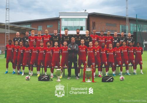 Skuad Liverpool memamerkan trofi Liga Champions (Foto: Liverpool)