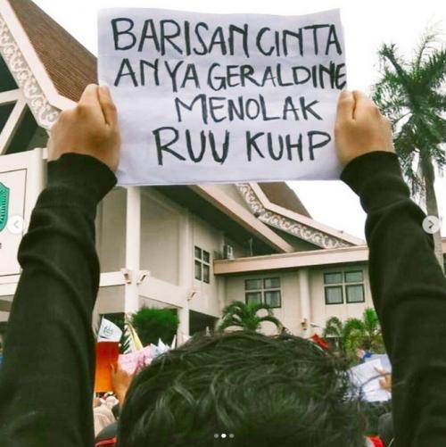Mahasiswa membawa poster