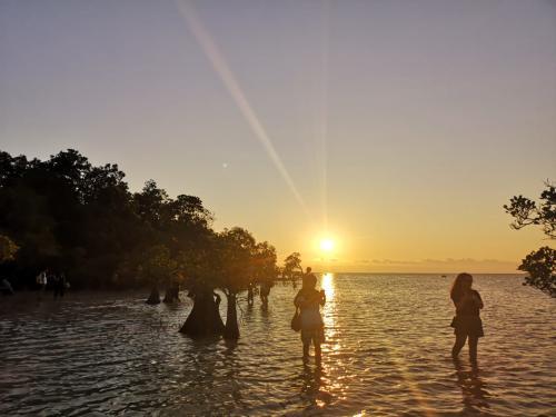 Saat tiba sekira pukul 16.30 WIT, hamparan laut dengan gradasi warna biru dan pasir putih mampu memanjakan mata.