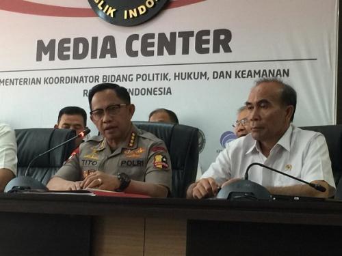 Kapolri Jenderal Tito Karnavian (kiri) saat konferensi pers di Kemenko Polhukam, Jakarta, Kamis (26/9/2019). (Foto : Okezone.com/Fadel Prayoga)