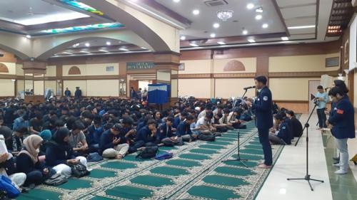 Doa bersama untuk kesembuhan Faisal Amir di Universitas Al Azhar (Foto : Okezone.com/Sarah Hutagaol)